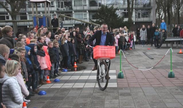 Wethouder Robert Kreukniet opent de tweede praktijkdag van de Verkeersweek van De Kim en De Twee Wieken.