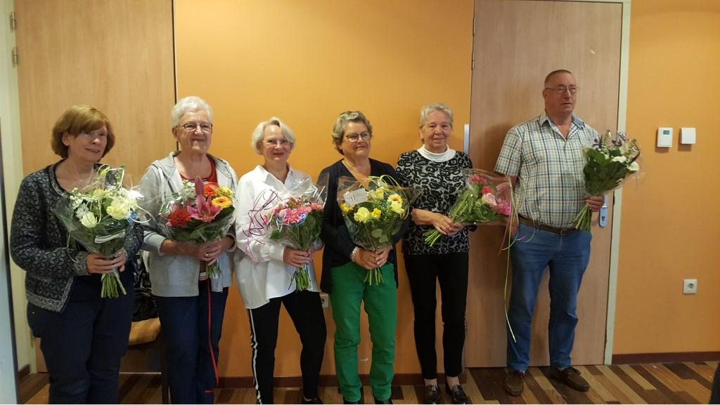 Vrijwilligers Els, Jannie, Bep, Riet, Ineke, Ton, Michelle en Thur zetten zich al 12,5 jaar in en ontvingen een mooie bos bloemen. Foto: ZorgSpectrum © Persgroep
