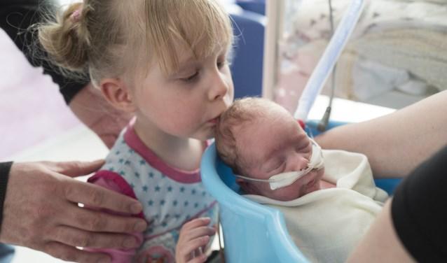 """Lynn hoopt dat haar zoon Rune over 1,5 week naar huis mag. Grote zus Veere heeft haar broertje bijna nog niet mogen zien in verband met infectiegevaar. Lynn: """"Eerst was ze boos op de baby, maar toen ze hem zág, wilde ze mama wel delen. (Foto: Rob Turk, foto-workhop.nl"""