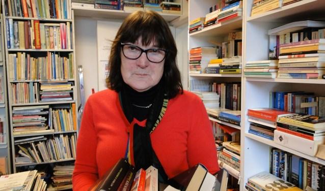 Foto: Lia Emous in de boekenwinkel van Hivos. Foto: Persbureau Polhuys