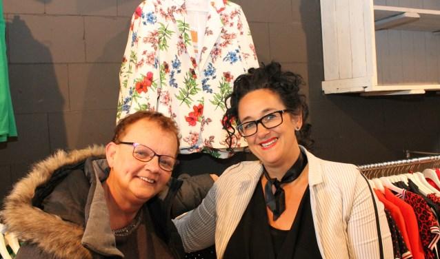 """""""Gooi die winkel toch lekker open op zondag"""", zegt Riet Buur (links) bij Stretch van Karin Goulooze. FOTO: Leon Janssens"""