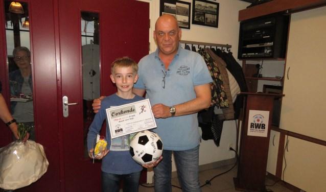 Na de wedstrijd kreeg Noah van Bestuurslid Carl van Es een aantal cadeautje uitgereikt.