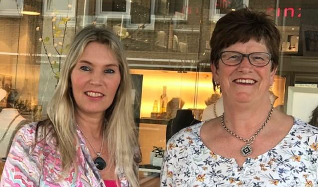 Bij Juwelier Saers aan de Bermweg vieren Diana Behage en Anja Huibrechtse dat zij respectievelijk 25 en 45 jaar in dienst zijn van de familie Saers. (Foto: Cor Hulsbus)