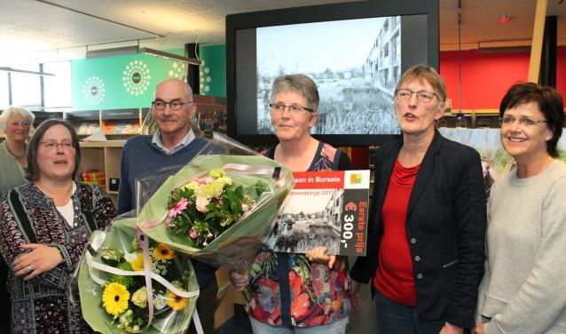"""Jacqueline Hoogvliet (midden) voor haar winnende foto """"Tafeltje Dekje"""", met links Piet Grim en rechts Conny Miermans. FOTO: Leon Janssens"""