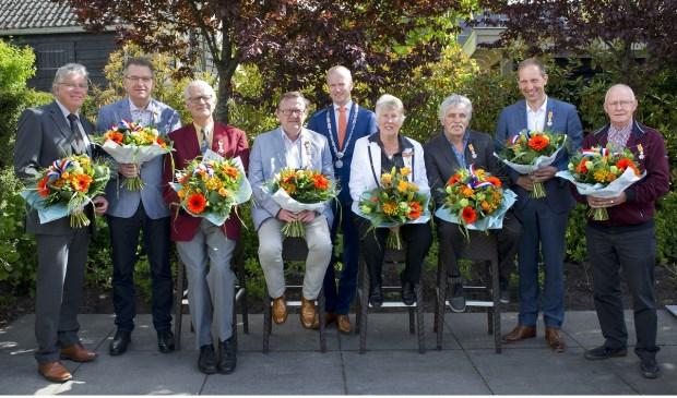 De gedecoreerden met in hun midden burgemeester Werner ten Kate. Foto: Assie Fotografie