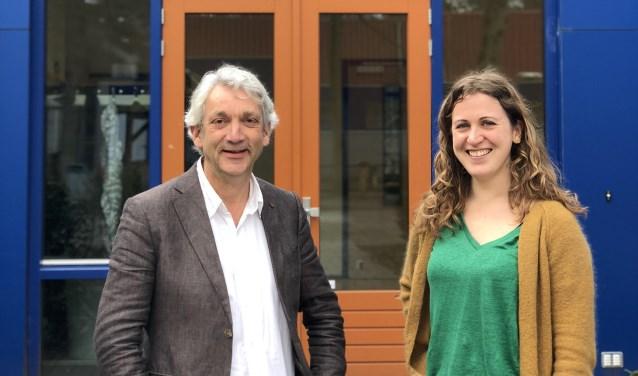 Het Berg en Bosch College in Bilthoven doet mee aan de autismeweek. Op de foto directeur Nico Rosenbaum en docente Sterre Boerkamp.