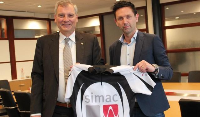 Eric van Schagen, algemeen directeur Simac, en rechts John van den Akker, koersdirecteur Omloop der Kempen. FOTO: Hans Louwers.