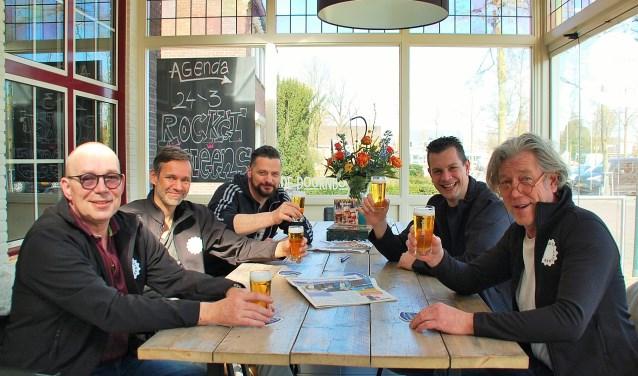 Marcel van De Hoeve, Hans en Martijn van De Doornboom, Ronnie van De Zwaan en Max van De Kemphaan zetten er in De Doornboom samen de schouders onder tijdens Koningsnacht.