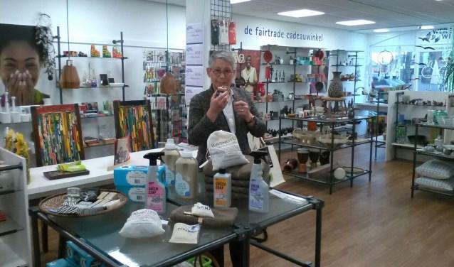 Verkoopmedewerkster Mary Slooter bij de producten van Seepje.