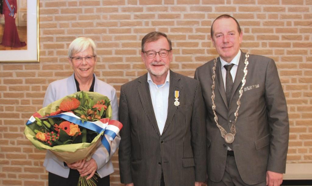 Karel Schols en zijn vrouw Ineke Levelink en burgemeester Rik de Lange.