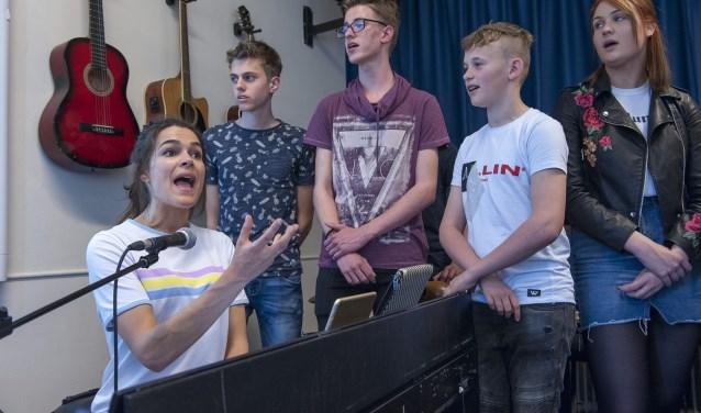 Pien van Gerven geeft de leerlingen van het Over Betuwe College eenmalig zangles. Ze bereidt de tieners voor op de Talentenbende. Dan laten de scholieren zien en horen wat ze in hun mars hebben. (foto: Ellen Koelewijn)