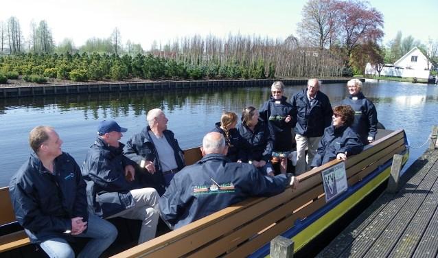 Schippers en andere vrijwilligers van VVV Boskoop/Stichting Rondvaarten en Promotie Boskoop in de boot met de nieuwe jassen aan. Links Rick Houtman van firma Telermaat. FOTO: Morvenna Goudkade