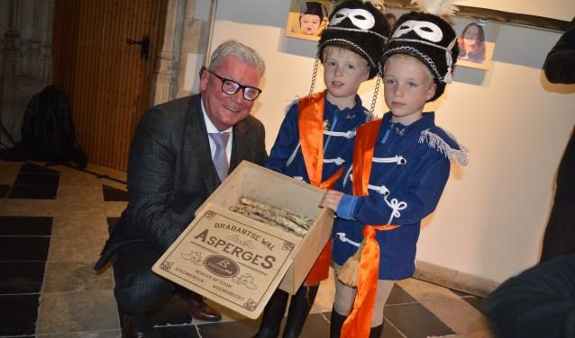 Oud-wethouder Martin Groffen en de adjudanten de tweeling Dietvorst met het kistje asperges voor de koning. FOTO: TIMO VAN DE KASTEELE.