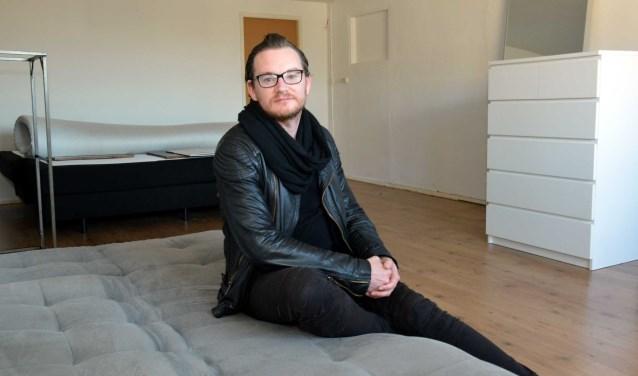 Mathiz in zijn studio in de Bilderdijkstraat, wachtend op de verhuizer die de laatste spullen meeneemt. Op dit moment is zijn huisraad verdeeld over drie adressen. (Foto: Jos van Leeuwen)