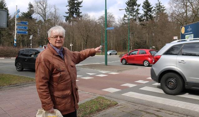 Ron Tichelaar wijst op de problematiek van de voorgenomen aanpassing van de Donderbergrotonde.