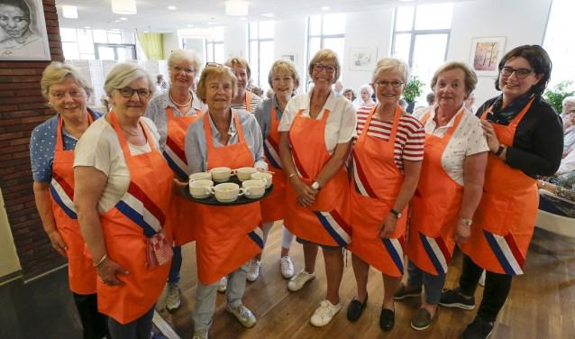 De keukenbrigade van het Eetpunt Heeze: Thea, José, Marianne, Margriet, Annelies, Elly, Constance, Monique, Marion en Esther. Foto: Jurgen van Hoof