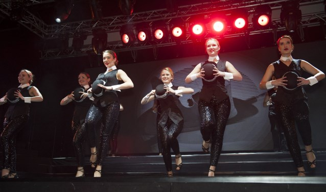 Tijdens de Dinnershows van ROC Rijn IJssel komen drie werelden samen: die van de techniek, podiumkunsten en horeca. Voor de bezoeker betekent het dat hij kijkt naar een gelikte show en tussendoor smult van heerlijke gerechten. (foto: Ellen Koelewijn)