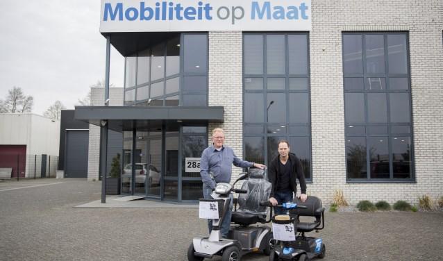 Foto: Henk van Hemert en Ad Berkelmans houden u mobiel. Foto: Jasmijn Stikvoort Photography