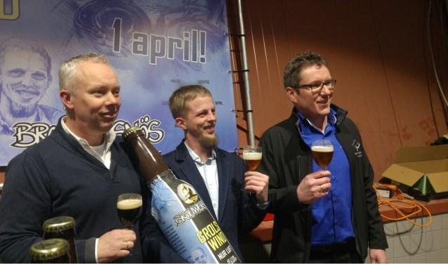 Symbolische overhandiging van de  cheque aan Muziekvereniging Groenlo. Op de foto v.l.n.r.: Jos Oostendorp en Jan Luft van Brouwersnös en Frank Raben, voorzitter Muziekvereniging Groenlo.