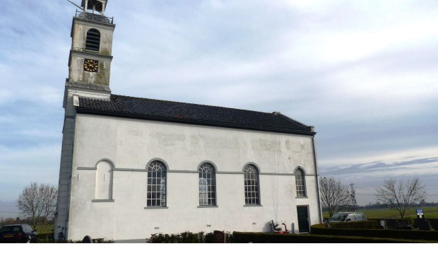 Wethouder Hamerslag verwijdert eerste tegels uit witte kerkje Simonshaven. Foto: Roel van Deursen