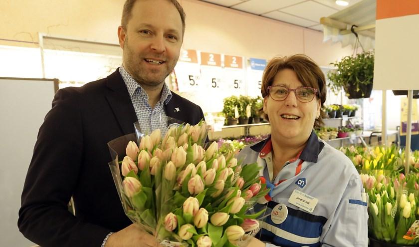 Jacqueline met filiaalmanager Emiel Steverink. Na vijftig jaar vindt ze de bloemenafdeling nog altijd het mooiste plekje in de winkel. Foto: Jurgen van Hoof.