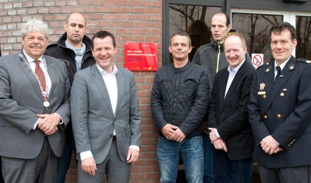 Alle betrokkenen poseren voor het brandweerrode gevelbordje. Eigen foto