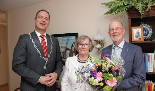 Burgemeester Jaap Paans verraste het bruidspaar met een mooi boeket.(Foto: Ria Scholten)