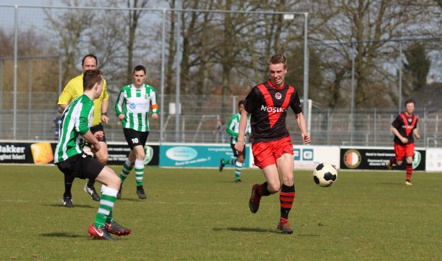 Jarden van Ek snelt langs Tricht-verdediger Mitchel van der Plaat. (Foto: Edwin Schreurs)