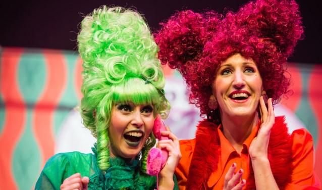 De Nuffe Tantes zijn gecreëerd en worden gespeeld door de kleurrijke theatermaaksters Floor van der Poort en Irene Schouten