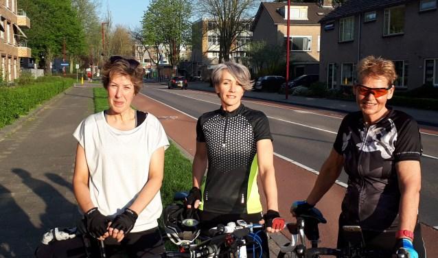 """Van links naar rechts: Sylvia Verhoeven, Diana Brundel en Ris de Boer. """"We zijn blij dat we ingeloot zijn, want er is een enorme belangstelling voor deze rit: 15.000 deelnemers."""" Foto: Louise Mastenbroek."""