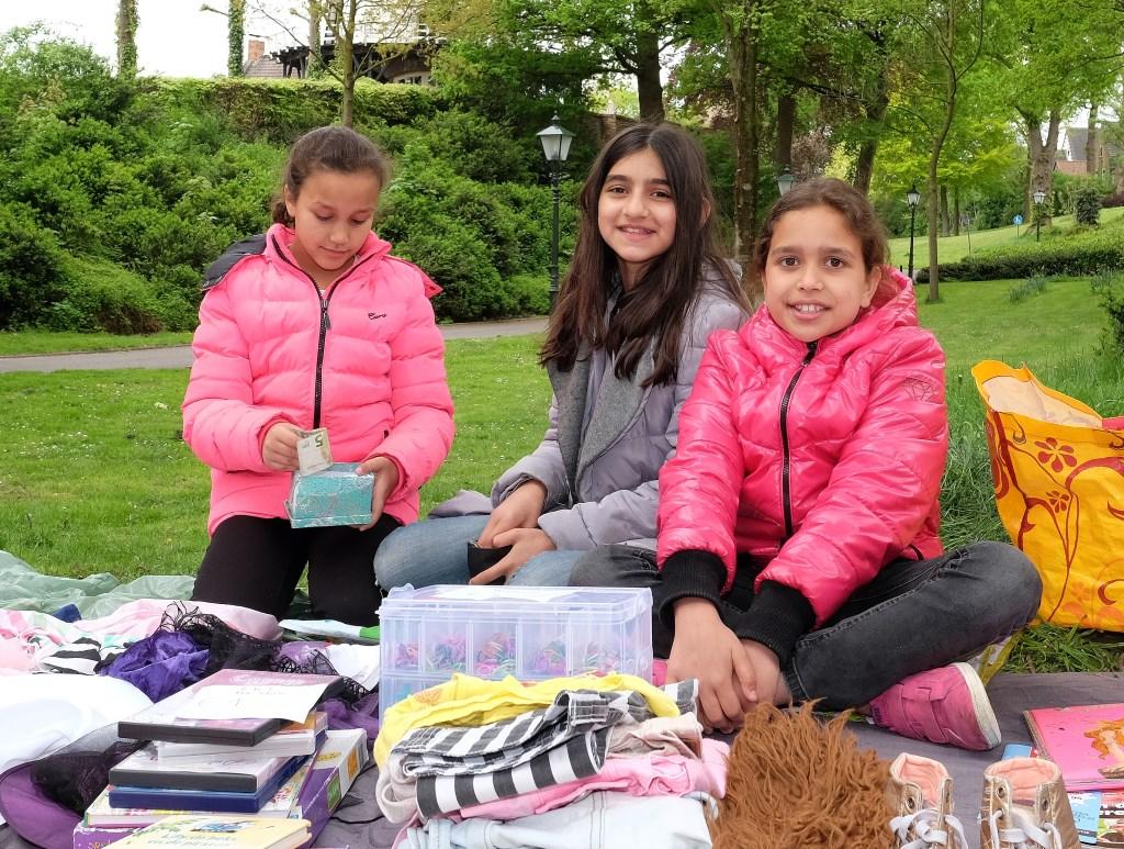 Farah (9), Nadia(11) en Sana(10) uit Rhenen, zien hun winst al aardig stijgen.  © Persgroep