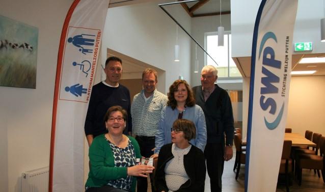 Edwin van Harten, Johan de Jong, Tanja van Driel, Piet Brandsma, Lenie Agterhof en Mientje Vliek willen mantelzorgers tot steun zijn. Foto: Annemieke Westphal-Kreeftmeijer