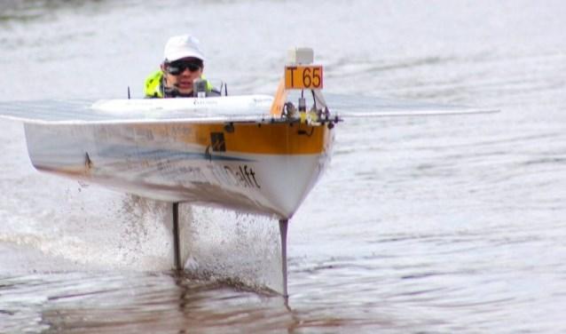 De TU Delft Solar Boat vliegt boven het water. Dat kan nu nog stabieler.