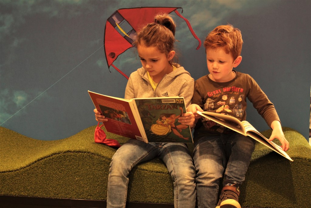 Jong en oud kan rustig een biebboek lezen in DePetrus. Foto: Lisette Broess © Persgroep