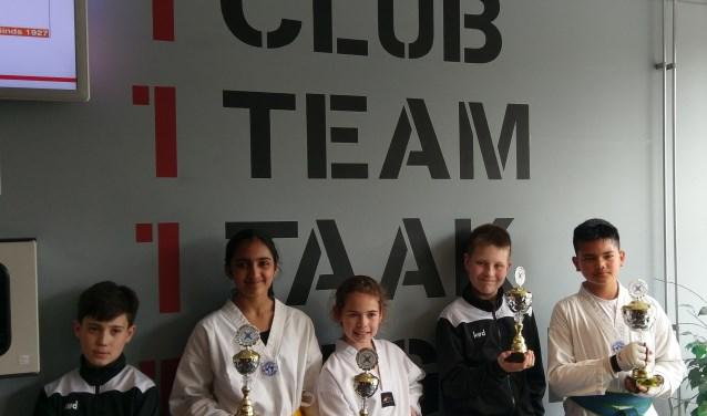 Gökay, Shristhi, Caitlin, Ricardo en Jarno van Taekwondo Apuro