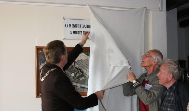 Burgemeester Stapelkamp heeft de deelexpositie van het Grenslandmuseum geopend. Dit onder het toeziend oog van genodigden en nazaten van de familie Prins. (foto: Grenslandmuseum)