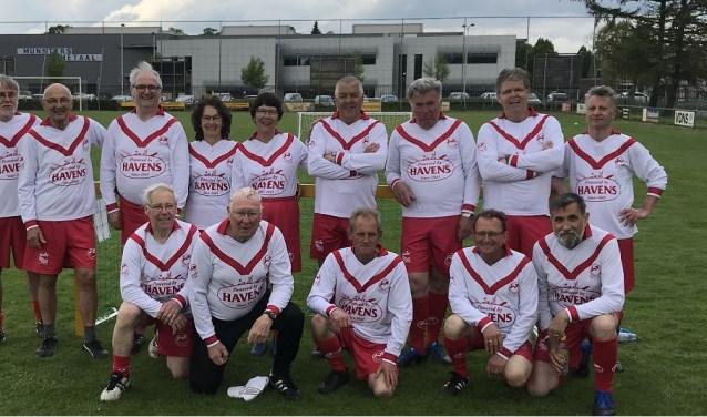 Het enthousiaste team van Wandelvoetbal Vierlingsbeek.