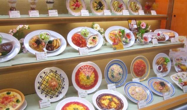 Het imiteren van voedsel wordt in Japan tot een ware kunstvorm verheven. Daar liggen etalages vol met plastic, niet van echt te onderscheiden maaltijden. Tast toe!