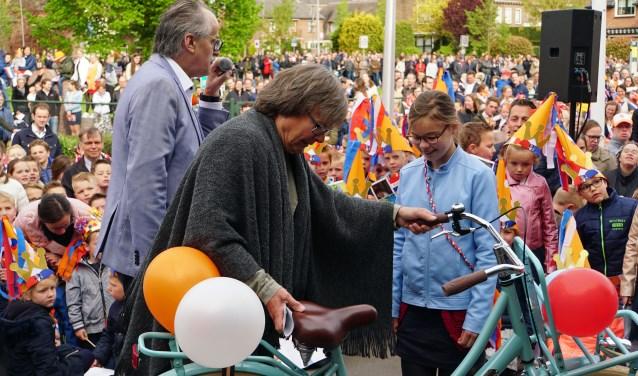 Meisje wint fiets in Opheusden (foto Jan Woldberg)
