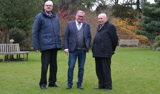 De nieuwe voorzitter van het Grenspark Martin Groffen (midden) met twee van zijn voorgangers: Cees van Liere (l) en Herman Suykerbuyk.
