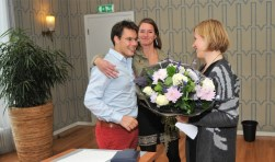 Joa Maouche werd onderscheiden en door zijn geredde reisgenoten bedankt. (foto: gertbudding.nl)