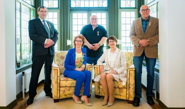Het kwartet gedecoreerden met (rechts) burgemeester Loes van Ruijven-van Leeuwen. Eigen foto
