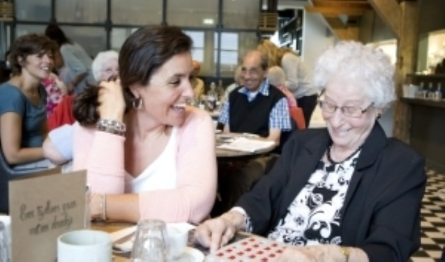 Vrijwilliger Renske Mulder geniet samen met haar ouderen van 1 van de vele ontmoetingen Van Met je hart Utrecht. FOTO: Babs van Geel