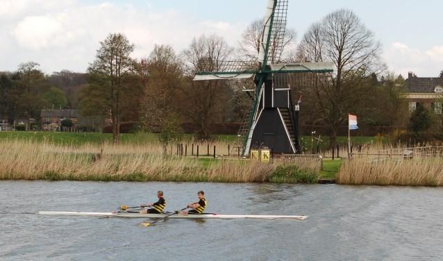 Roeiwedstrijd Oude IJssel Race in volle gang, ter hoogte van Laag-Keppel.