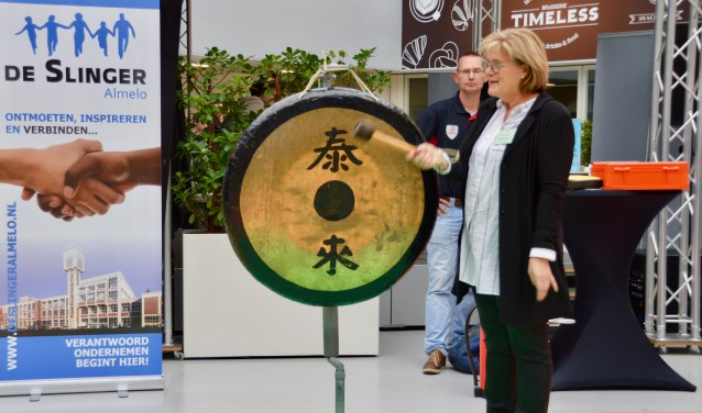 Wethouder Christien van Wijk slaat op de gong en sluit daarmee de Slingerbeurs af