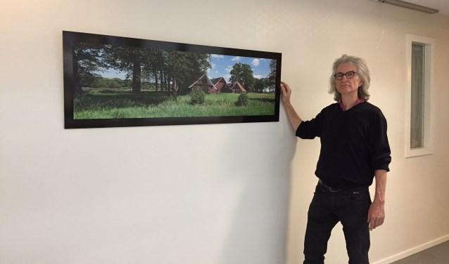 Hans Hendriks bij een van de panoramafoto's in De Pelkwijk.