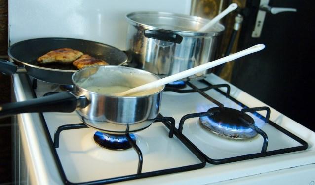 Koken op aardgas. Hoe lang nog? ,,Ik vrees dat de omslag naar gasloos heel veel geld gaat kosten en hoop dat er subsidie mogelijk is'', aldus één van de ondervraagde Apeldoorners. (foto Gert Perdon)