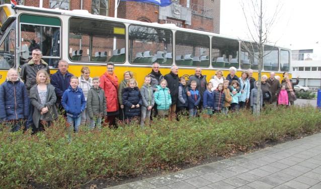 Leerlingen en senioren poseren voor de oude bus van de GTW. Het is de aftrap van een nieuw gezamenlijk educatieproject van KunstOer en Cultuur- en Erfgoedpact Achterhoek. (Foto: Lineke Voltman)