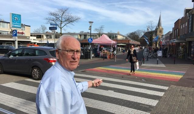 """Bewoner Dirk Hoebee bij de regenboog-oversteek die hij maar de grootste kolder vindt. """"Leg die neer voor de deur van mensen die dat willen."""" Foto: GvL."""