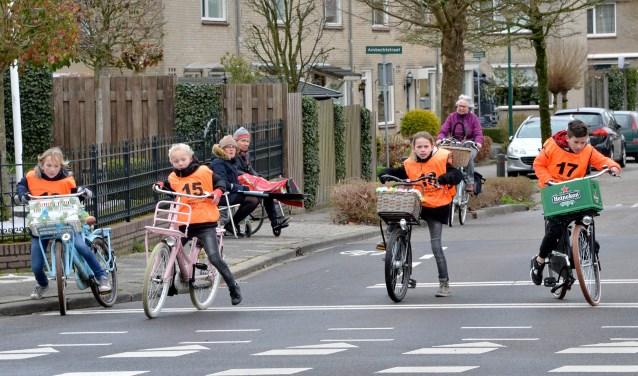Onder het oog van de controlepost op de Tabakshof in Montfoort, wachten Sterre, Noa, Boris en Romy, tijdens hun verkeersexamen, voor het rode verkeerslicht. FOTO: Paul van den Dungen